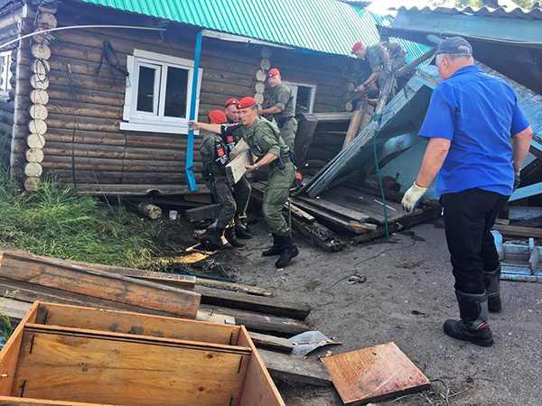 Изображение к статье Сотрудники военной полиции Иркутского гарнизона полтора месяца помогали жителям Тулуна На Иркутскинформ