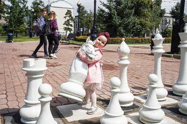 Изображение к статье Уличные гроссмейстеры: шахматное поле с гигантскими фигурами восстановили в Иркутске На Иркутскинформ