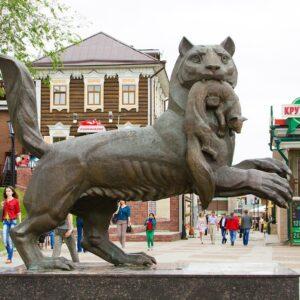 Статуя Бабра в 130 квартале города Иркутска